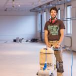 Jakob Gassner mit Schleifmaschine für Parkettboden